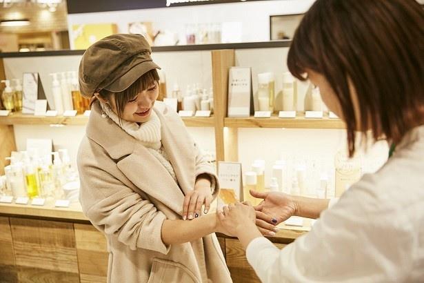 店員さんに説明を聞きながら試してみる。「かごめ昆布も酒かすも、素材そのままの香りが!」と驚く綾瀬さん