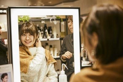乾いた髪にも使える「R&Aヘアミルク」をお試し。「しっとりつるつるになりました!」(綾瀬さん)