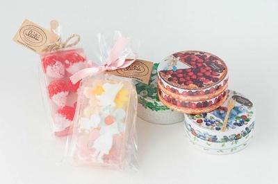 写真左から「リィリィ キャンディーバスソープ×ムーミン」(1188円)、「ベキュアハニー濃密マルシェのクリームバーム」(1620円)