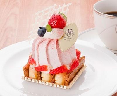 サクサクの生地にイチゴムースとイチゴクリームがたっぷりとのった「プレミアム苺モンブラン」(1700円※コーヒーまたは紅茶付き)。ロビーラウンジで食べられる