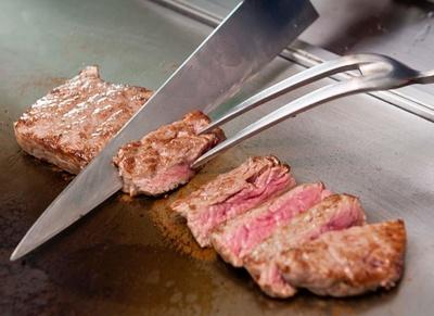 シェフが目の前で仕上げる「トリュフ香るソースで味わう 牛肉のステーキ」。スカイダイニング、アブのランチバイキング(平日大人2480円)で提供