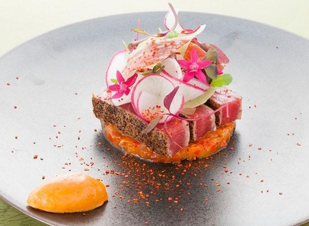 フレンチレストラン、フルーヴのディナー(1万3000円)では、「マグロのバスク風」や「蟹と掻き卵のタルト」などを用意