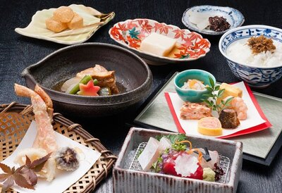 カニの天ぷらや牛肉の温かい煮込み料理を盛り込んだ、しずくのランチ「食彩会席」(3000円)