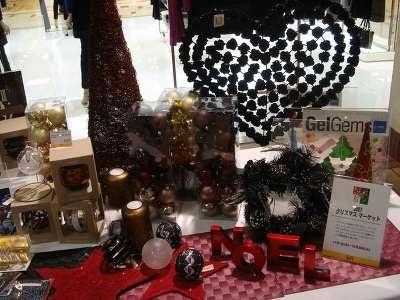 横浜ロフトのオススメクリスマスグッズの展示も(昨年のようす)
