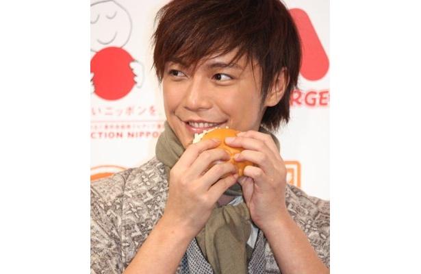 """「とびきりスイーツ」(国産米粉のパウンドケーキとジャム)をプロデュースした俳優の成宮寛貴さん。芸能界きっての""""スイーツ男子""""としても有名だ"""