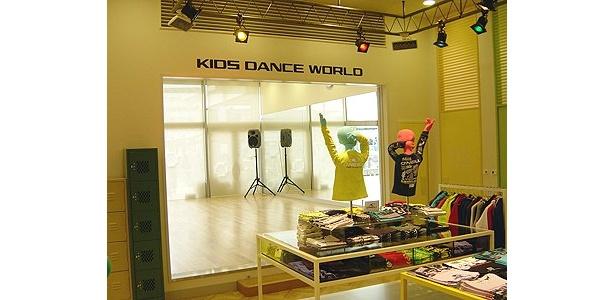 「あまがさき阪神」2階のダンスファッションブランドがそろう「キッズダンスワールド」、奥にはダンススクールがある