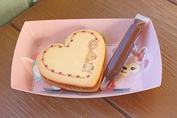 【写真を見る】メッセージを書いてプレゼントするのも楽しそう!「ハートクッキー(ラズベリー&バニラクリーム)」(380円)