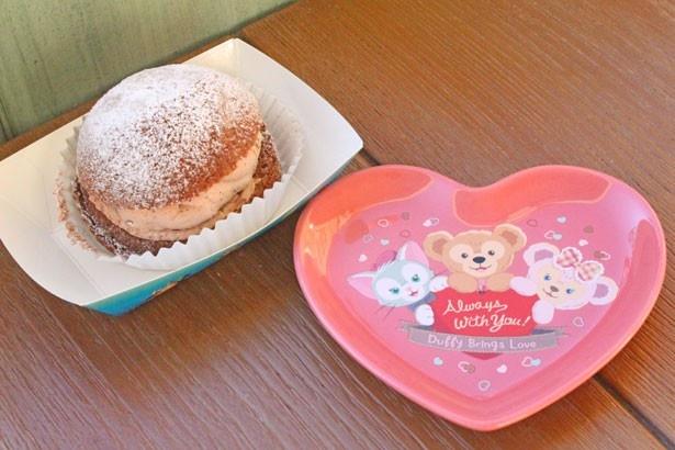 ハート形のプレートをお持ち帰り!「チョコレートクリームのパフケーキ、スーベニアプレート付き」(880円)