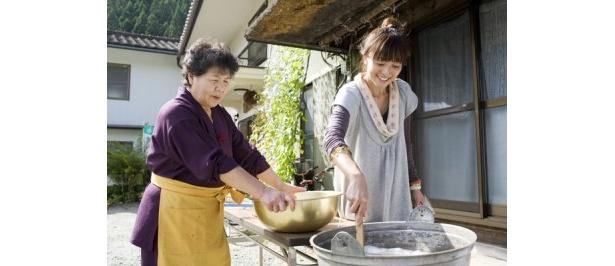 固まったものを切り分けて、沸騰した湯で20分ほど煮れば、手作りこんにゃくの完成!