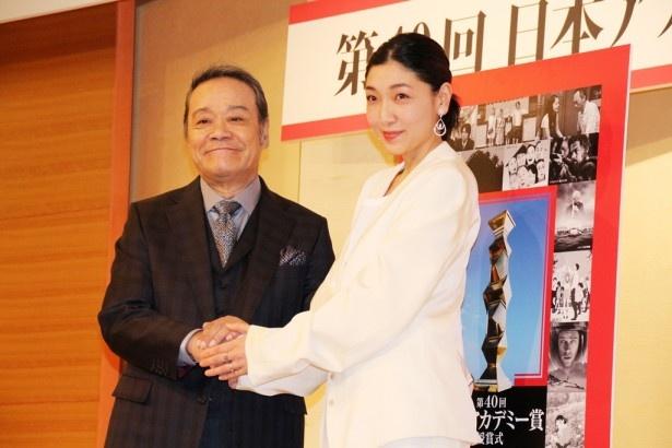 3月3日(金)に開催される「日本アカデミー賞」授賞式の司会を務める西田敏行(左)と安藤サクラ(右)