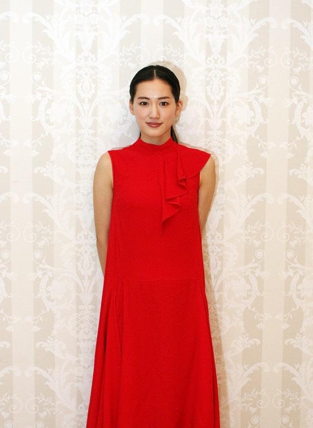【写真を見る】綾瀬はるかの白い肌に深紅のドレスが映える!