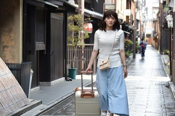 """京都の路地裏に佇むレトロな""""本能寺ホテル""""に辿り着く繭子"""