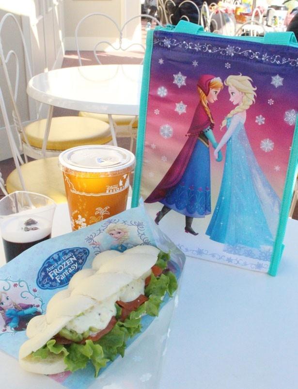 エルサの髪をイメージしたサンドイッチがユニーク!スウィートハート・カフェで販売中の「スペシャルセット、スーベニアランチケース付き」(1860円)