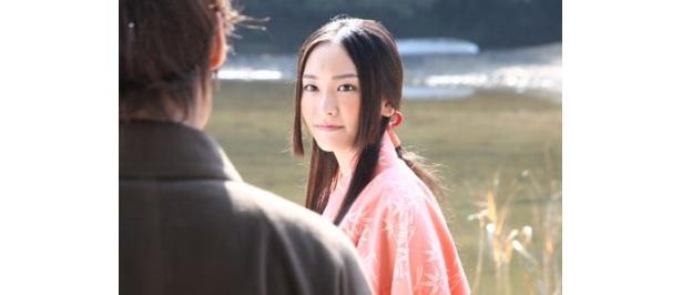 凛とした佇まいで、アニメの廉姫の美しさを体現している新垣結衣