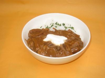 ビーフストロガノフ丼(ロシア)500。牛肉や野菜をデミグラスソースで煮込んだ贅沢な味わい。サワークリームと混ぜてね!