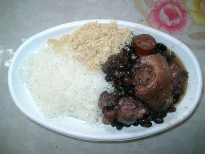 フェジョワーダ丼(ブラジル)500。ブラジルのご飯を「丼」で食べられるのも、このお祭ならでは