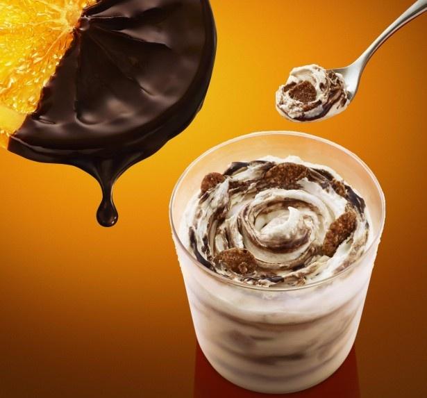 【写真を見る】一口食べたとたん、ソフトクリームの甘さ、オレンジの爽やかな香り、チョコレートのほろ苦さ、サクサク感が幾重にも広がる