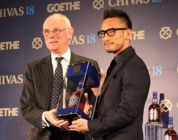 日本酒を世界に広める活動が評価され「ビジネスイノベーション カルチュアル部門」を受賞した中田英寿(右)