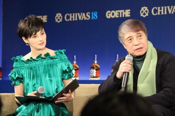 中田とのトークセッションを行った安藤忠雄(右)とMCを務めたホラン千秋(左)