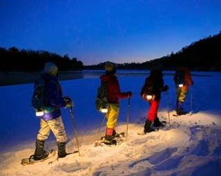 ほのかな明かりを頼りに雪上を散歩。ロマンあふれた冬の夜を満喫しよう