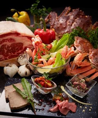 ビーフとカニをたっぷり堪能できる、金・土・日曜と祝日限定のディナーフルビュッフェ。週末のご褒美ディナーにおすすめ