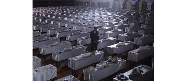 思わずゴクリ。300基もの棺が並ぶ死体安置場のシーン
