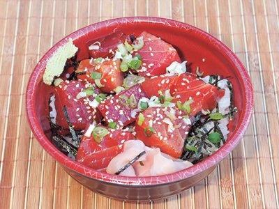 三崎港町まつりは、10/25(日)開催。人気のぶっかけ丼はマグロの汁つきで700円! 先着500名なのでアナウンスが聞こえたらすぐに並ぶべし