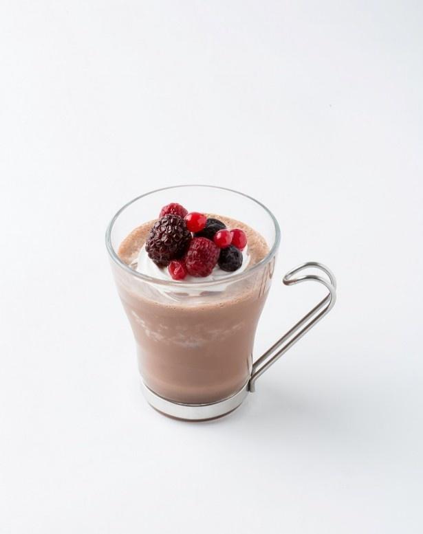 【写真を見る】ガーナ産のカカオ100%にこだわったチョコレートドリンクにココナッツオイルを合わせ色鮮やかなミックスベリーをトッピングした「ショコラ ベリー&ココナッツ」(税抜380円)