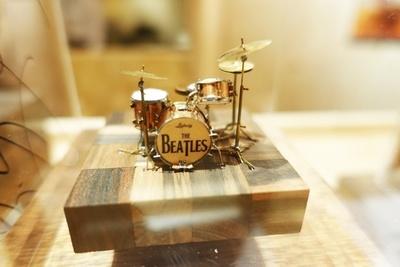ビートルズのリンゴ・スターが使用したドラムセットを500円玉サイズで再現