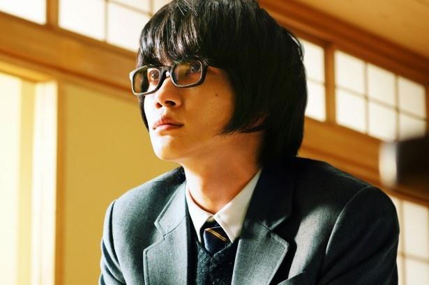 桐山零(神木隆之介)が凛とした表情で真っすぐと前を向く
