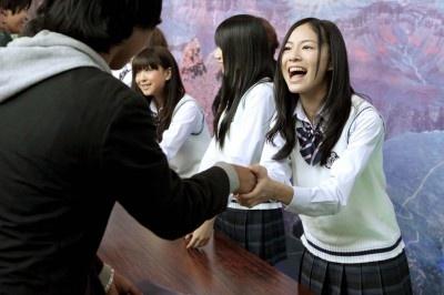 一人ひとりとがっちり握手を交わす松井珠理奈(手前)
