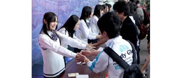 握手会にはチームK2も参戦。高柳明音(手前)