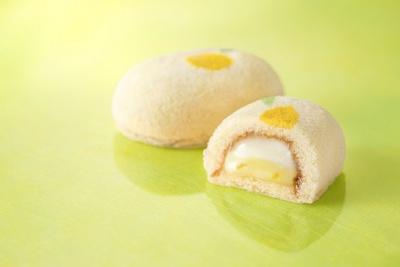 レモン果汁がとけこんだレモンクリームとミルククリーム、ふたつのクリームが入った「銀座の春先きレモンケーキです。」(4個入り483円から)