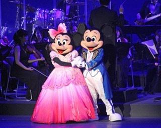 手を取り合い、ロマンチックなダンスを披露するミッキーマウスとミニーマウス