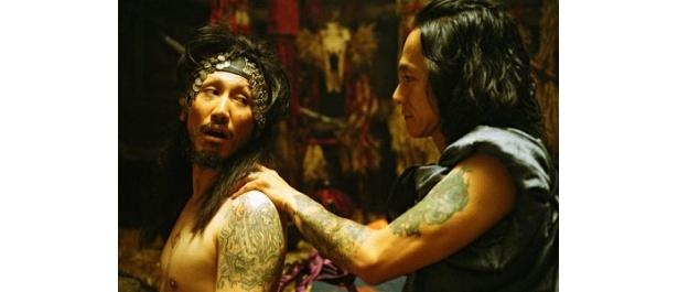 豊田監督作品の常連、渋川清彦が大王役。作りこまれた服装やメイクが印象的