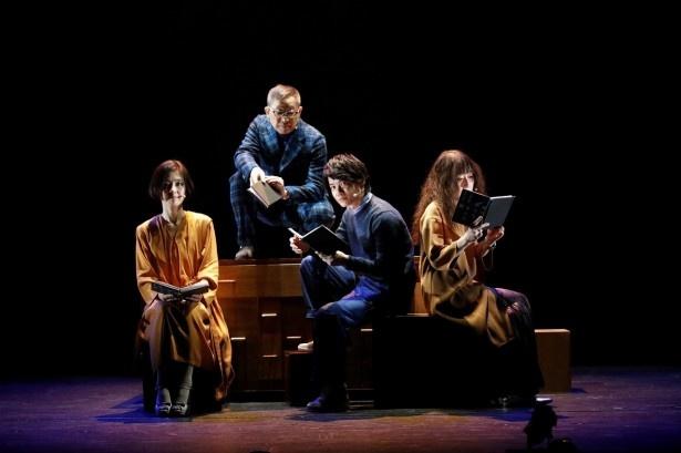 朗読会「扉のかたちをした闇」に参加した4人(左から)加藤貴子、森雪之丞、神木隆之介、江國香織