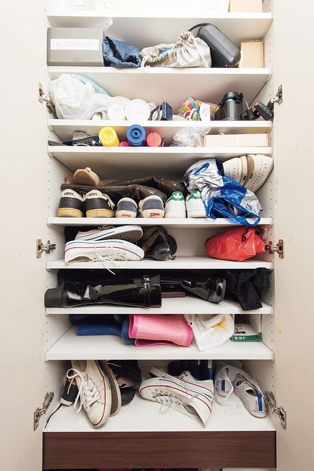 棚板の高さに合わない長靴やブーツを、横に倒して詰め込んでいたげた箱は…
