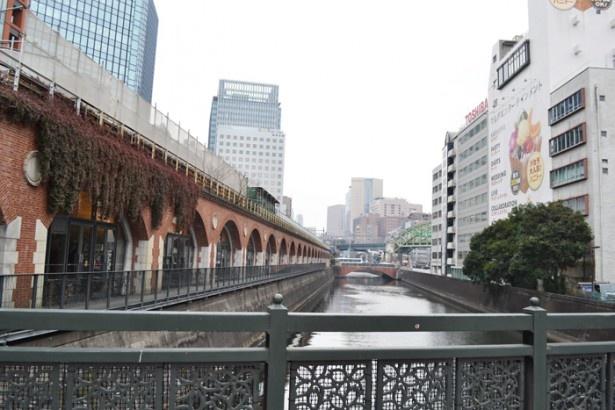 「万世橋」の下には神田川が流れている