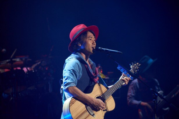 ライブで歌うナオト・インティライミ(赤い帽子)