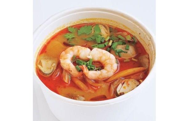 トムヤムラーメン(500円)。フォーに、海鮮のうま味たっぷりのピリ辛スープが相性抜群