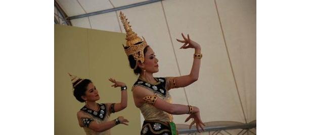 古典舞踏と民族舞踏の2つに分けられるタイ舞踏。イベント中のステージプログラムでは、両方上演されるので、思う存分タイの芸術を鑑賞できる