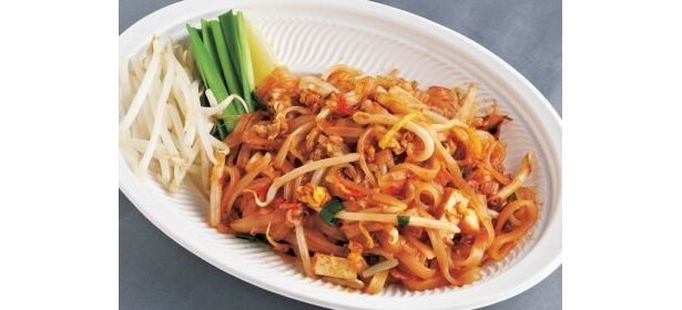 タイの幅広ビーフンを甘辛ソースで炒めた、タイ風焼きそば(500円)。「バーンリムパー」で楽しめる