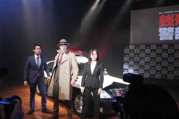 パトカーに乗って登場した三浦貴大、鈴木亮平、前田敦子(左から)