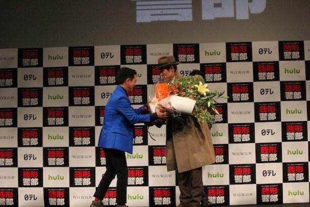 栗田貫一の登場に、会場は拍手喝采