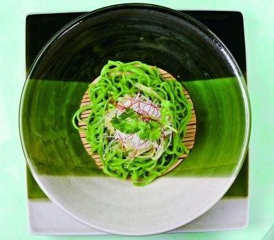 「緑一色」の麺は、ホウレン草の濃い味が特徴