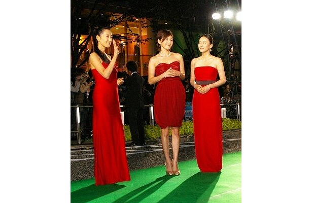 艶やか!(左から)木村多江、広末涼子、中谷美紀は3人とも『ゼロの焦点』を意識した赤のドレスで登場