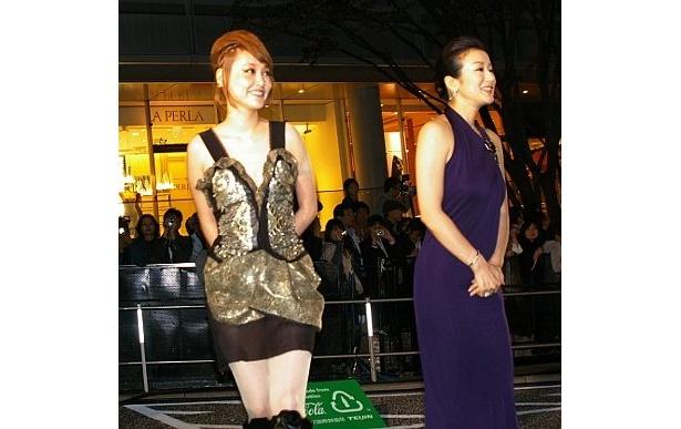 『サイドウェイズ』の大人の女の色香を感じさせる鈴木京香(右)とエッジのきいた菊池凛子