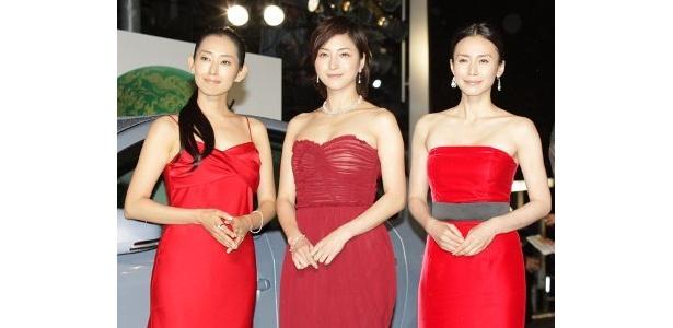 左から:木村多江、広末涼子、中谷美紀。3人とも『ゼロの焦点』を意識した赤のドレスで登場