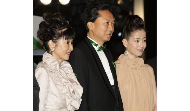 鳩山首相を囲んで幸夫人と宮沢りえ。宮沢のシフォンドレスが美しい!
