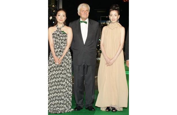 平原綾香(左)はデュエットで『オーシャンズ』テーマソングを手掛ける。中央はジャック・ペラン監督